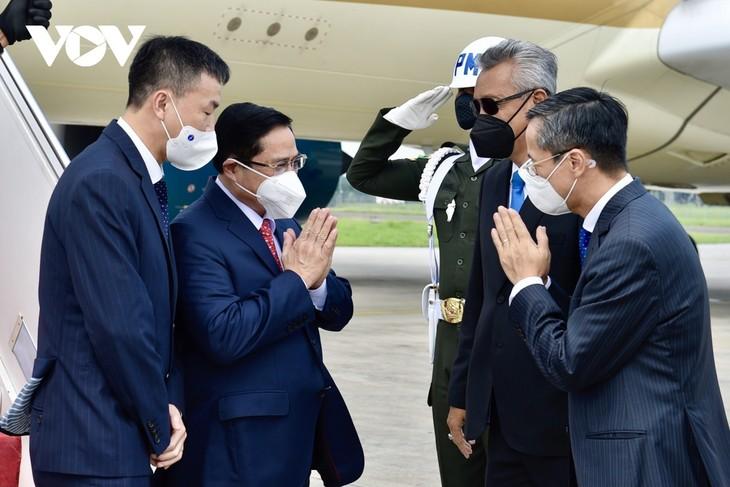 นายกรัฐมนตรี ฝ่ามมิงห์ชิ้ง เดินทางถึงกรุงจาการ์ตา ประเทศอินโดนีเซีย เริ่มเข้าร่วมการประชุมผู้นำอาเซียน - ảnh 1