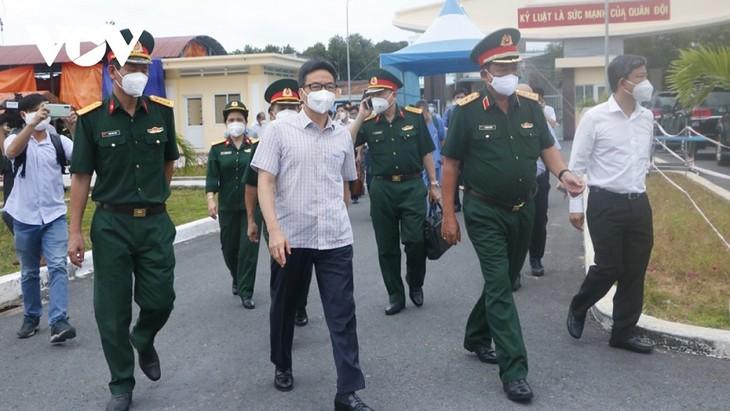 รองนายกรัฐมนตรี หวูดึ๊กดาม ลงพื้นที่ตรวจสอบการป้องกันและรับมือการแพร่ระบาดของโรคโควิด – 19 ในจังหวัดบิ่งเยือง - ảnh 1