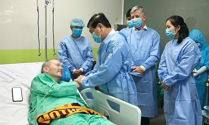 British man discharged from Vietnam hospital after 115 days of COVID-19 treatment - ảnh 1
