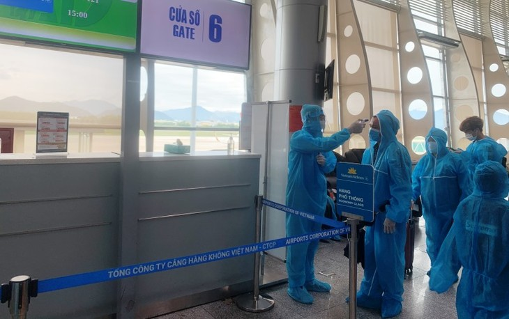 300 tourists stranded in Da Nang go home - ảnh 1