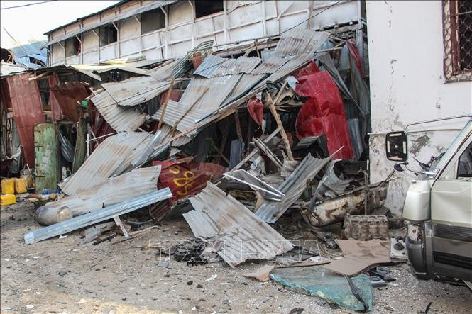 Car bomb blast kills at least 20 people in Somalia - ảnh 1