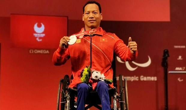 Powerlifter Le Van Cong wins silver at Tokyo 2020 Paralympics - ảnh 1