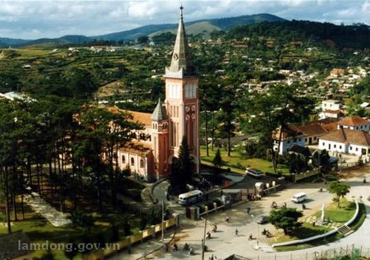 Vẻ đẹp kiến trúc nhà thờ Con gà và nhà thờ Đức Bà ở Đà Lạt - ảnh 1