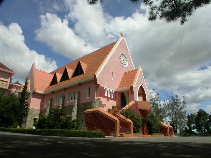 Vẻ đẹp kiến trúc nhà thờ Con gà và nhà thờ Đức Bà ở Đà Lạt - ảnh 3