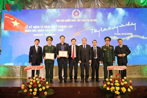 Cựu chiến binh tại Séc kỷ niệm ngày thành lập QĐND Việt Nam - ảnh 3