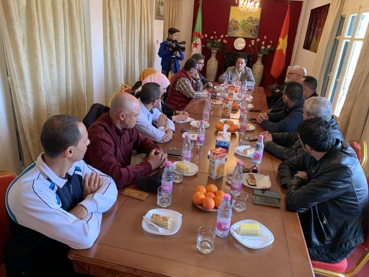 Đại sứ quán Việt Nam gặp mặt thân mật với Ban Lãnh đạo Liên đoàn và môn phái võ cổ truyền tại An-giê-ri  - ảnh 1