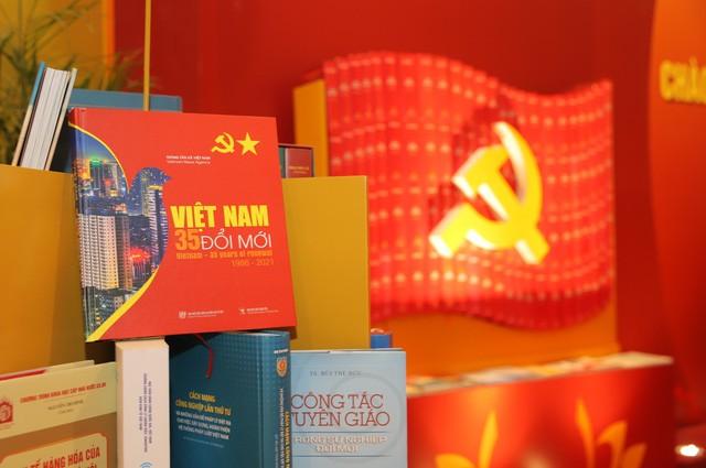 Không gian trưng bày sách chào mừng Đại hội XIII của Đảng - ảnh 8