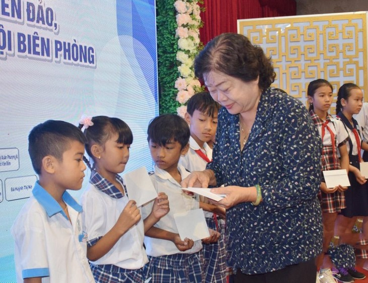 Nguyên Phó Chủ tịch nước Trương Mỹ Hoa trao học bổng Vừ A Dính tại Bạc Liêu - ảnh 1