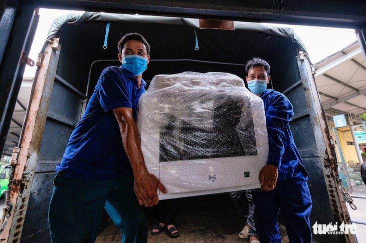 Tàu chở hàng trăm thiết bị y tế của trung tâm hồi sức lớn nhất miền Bắc vào TP.HCM chống dịch - ảnh 3