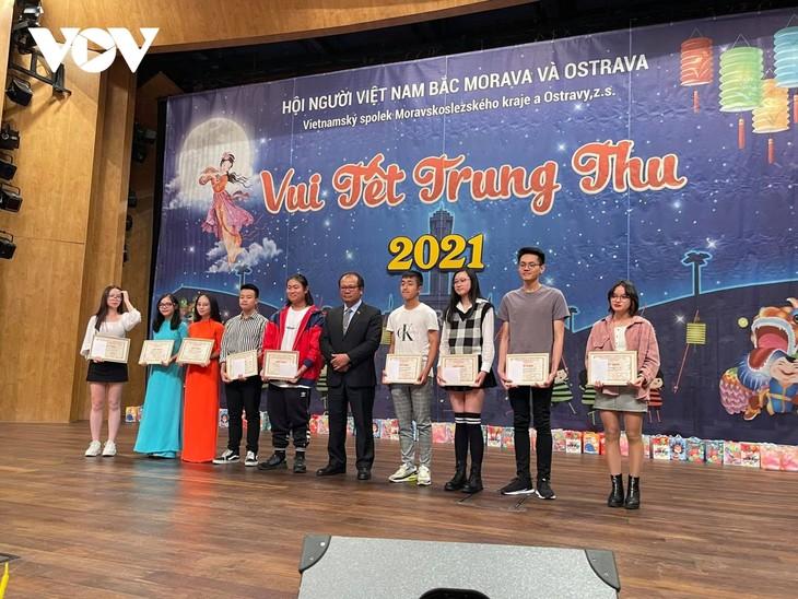 Ấm áp Tết Trung thu cho trẻ em người Việt tại khu vực biên giới CH Séc - ảnh 2