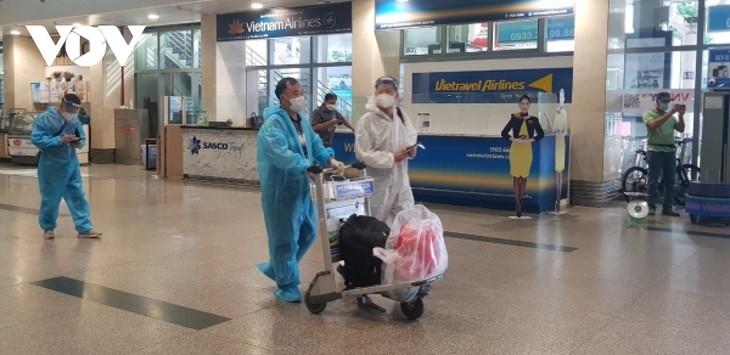 Sân bay Tân Sơn Nhất ngày đầu tiên khôi phục bay nội địa - ảnh 1