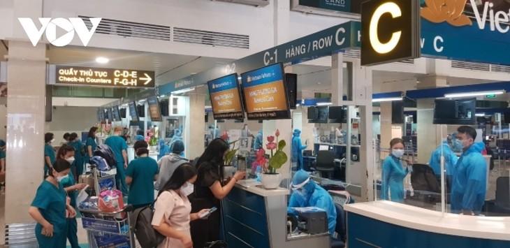 Sân bay Tân Sơn Nhất ngày đầu tiên khôi phục bay nội địa - ảnh 2