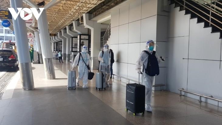 Sân bay Tân Sơn Nhất ngày đầu tiên khôi phục bay nội địa - ảnh 4