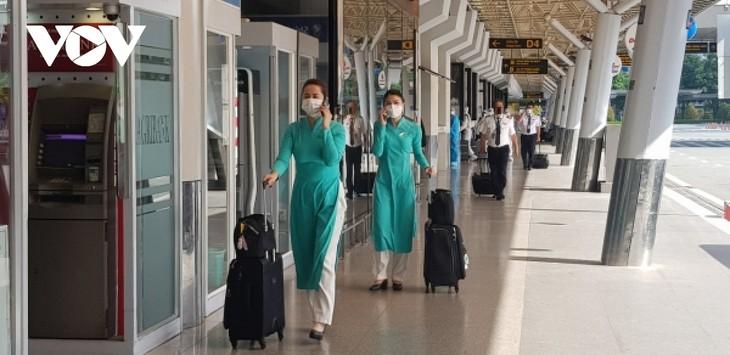 Sân bay Tân Sơn Nhất ngày đầu tiên khôi phục bay nội địa - ảnh 5