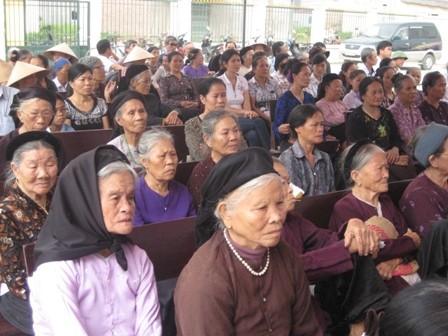 Gần 400 bệnh nhân được khám, tư vấn các bệnh về mắt miễn phí - ảnh 8