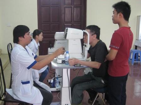 Gần 400 bệnh nhân được khám, tư vấn các bệnh về mắt miễn phí - ảnh 3