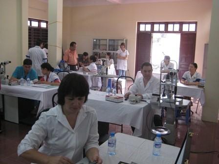 Gần 400 bệnh nhân được khám, tư vấn các bệnh về mắt miễn phí - ảnh 6