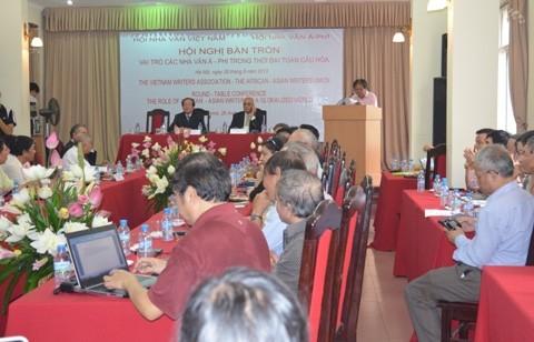 Hội nghị bàn tròn về vai trò của các nhà nhà văn Á-Phi trong thời đại toàn cầu hóa - ảnh 1