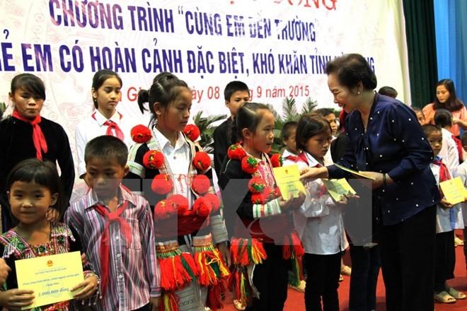 """Trao tặng học bổng """"Cùng em đến trường"""" cho trẻ em có hoàn cảnh đặc biệt khó khăn tại tỉnh Hà Giang  - ảnh 1"""