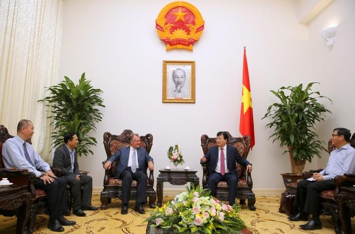 Phó Thủ tướng Trịnh Đình Dũng tiếp giáo sư John A.Quelch - ảnh 1