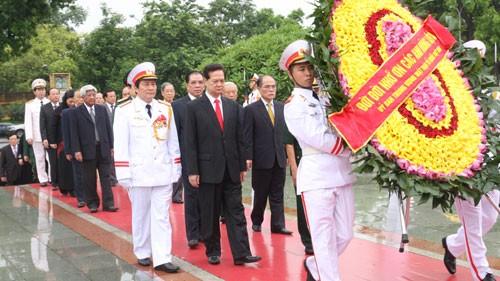 บรรดาผู้นำพรรค รัฐ รัฐสภาและรัฐบาลไปวางพวงหรีด ณ สุสานประธานโฮจิมินห์กรุงฮานอย  - ảnh 1
