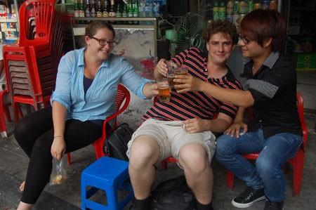 เบียร์เฮยถนนโบราณคือ จุดนัดพบของนักท่องเที่ยวต่างชาติ - ảnh 6