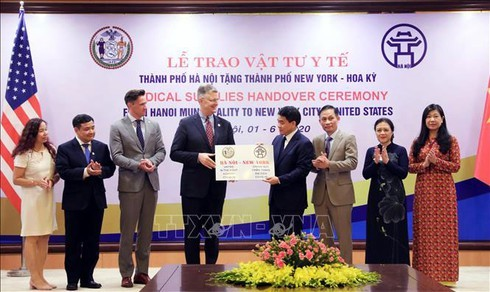 New York receives 2 tons of face masks from Hanoi - ảnh 1