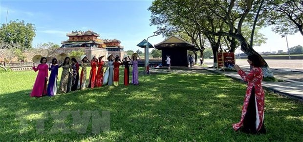 Visitors wearing ao dai to enjoy free entrance to Hue's relics - ảnh 1
