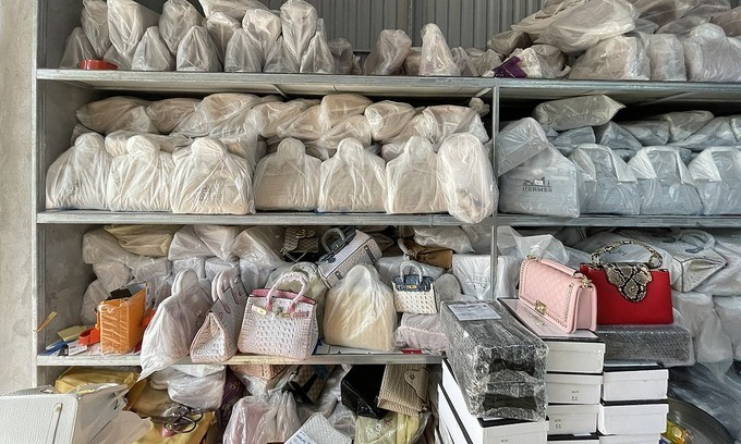 Biggest storage of fake top brand bags busted in northern Vietnam - ảnh 1