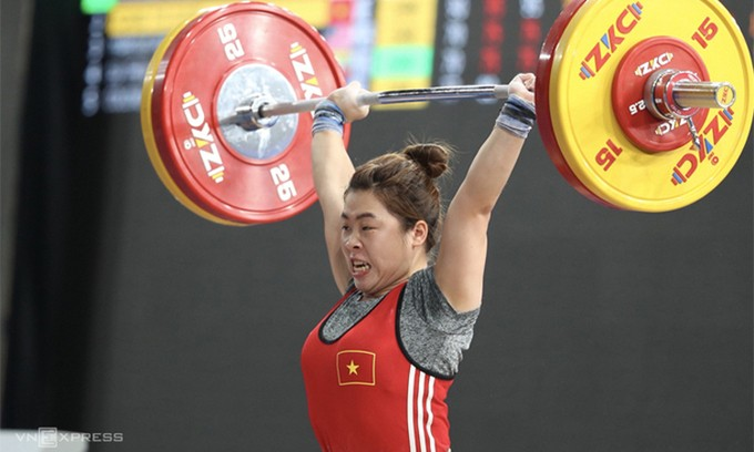 Vietnam gets on medals board at Asian weightlifting tournament - ảnh 1