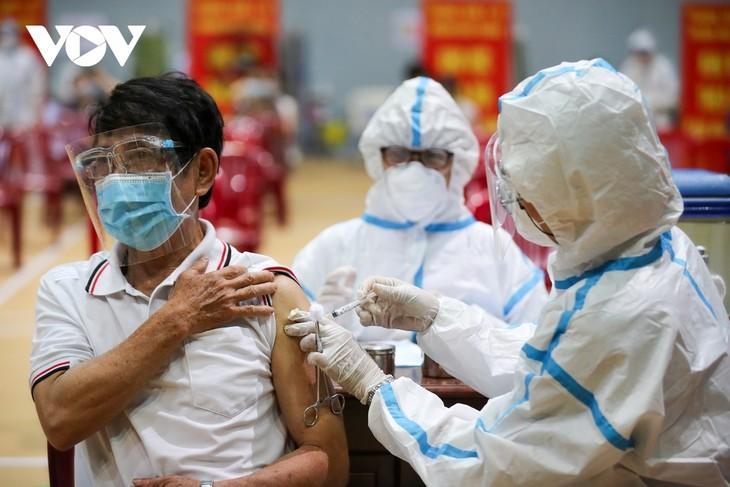 Initial COVID-19 vaccination drive begins in Da Nang - ảnh 14