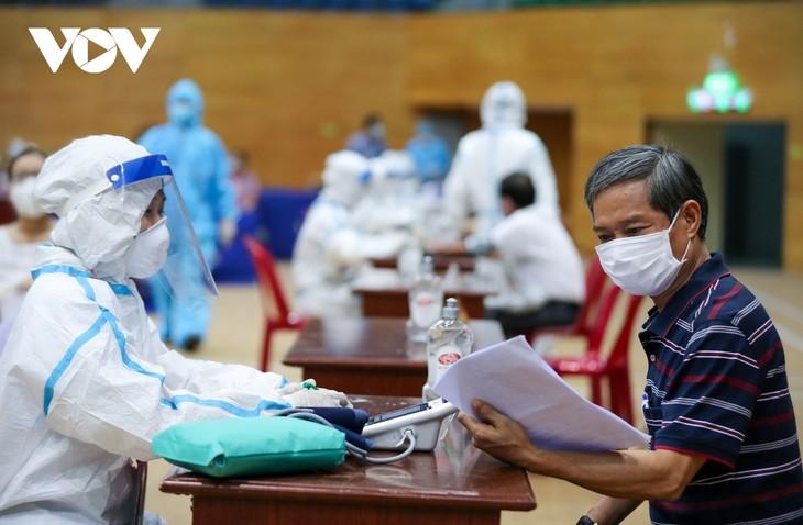 Initial COVID-19 vaccination drive begins in Da Nang - ảnh 9