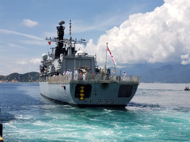 British navy warship docks at Cam Ranh Port, beginning Vietnam visit  - ảnh 1