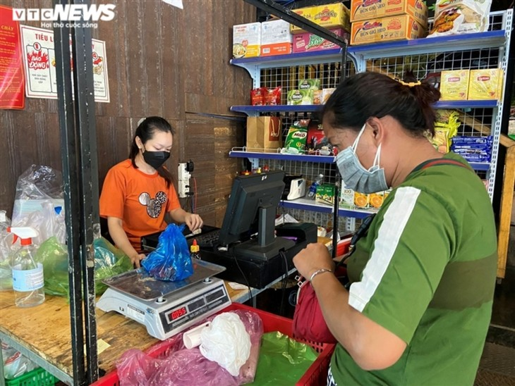 Hotels, bars sell essential items to stay in business during pandemic period - ảnh 4