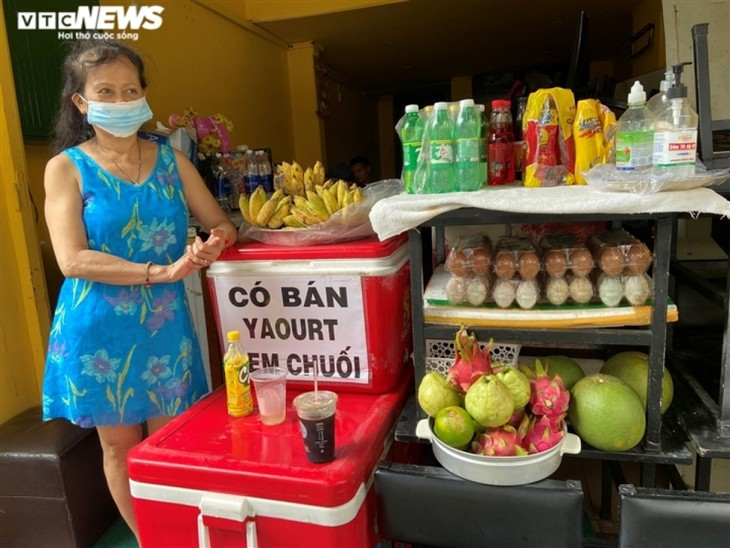 Hotels, bars sell essential items to stay in business during pandemic period - ảnh 7