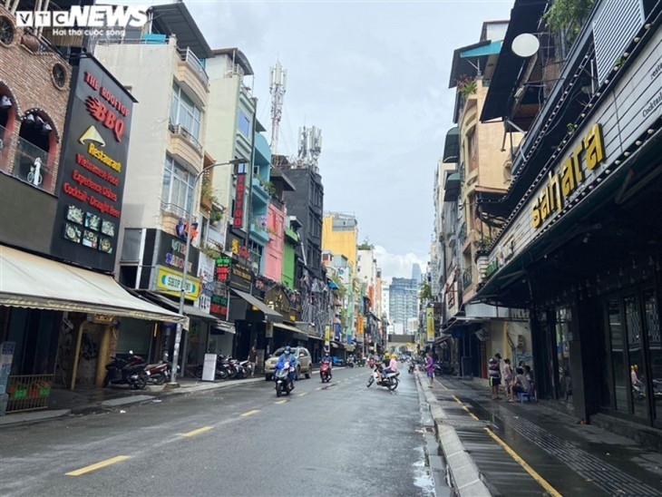 Hotels, bars sell essential items to stay in business during pandemic period - ảnh 9