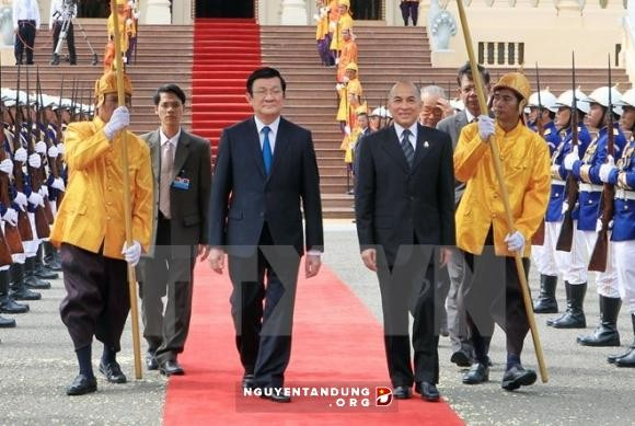 ท่านเจืองเติ๊นซางประธานประเทศเวียดนามเดินทางไปเยือนประเทศกัมพูชาอย่างเป็นทางการ - ảnh 1