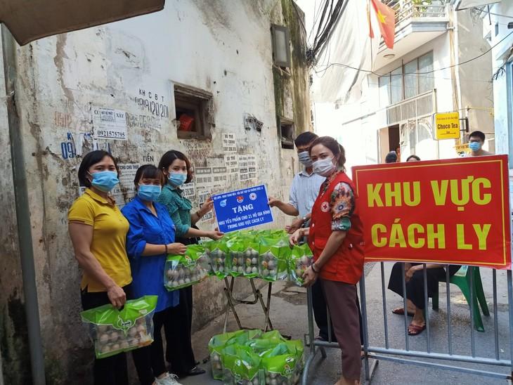 Волонтеры в синих рубашках на передовой в борьбе с коронавирусом - ảnh 2