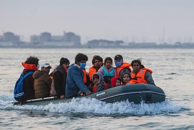 Более тысячи мигрантов прибыли в Британию через пролив Ла-Манш - ảnh 1