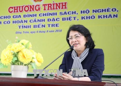 Phó Chủ tịch nước Đặng Thị Ngọc Thịnh trao quà tặng gia đình chính sách khó khăn tỉnh Bến Tre - ảnh 1