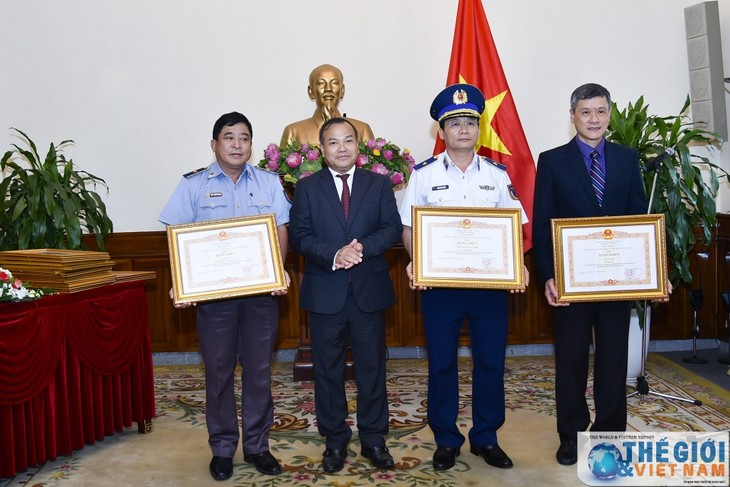 Khen thưởng các tập thể, cá nhân có thành tích xuất sắc trong công tác bảo hộ công dân - ảnh 1