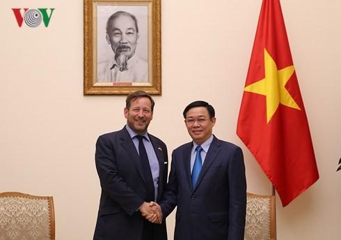 Phó Thủ tướng Vương Đình Huệ tiếp Đặc phái viên về thương mại của Thủ tướng Anh Edward Vaizey - ảnh 1