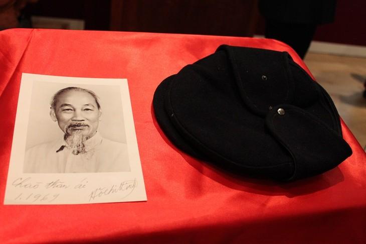 Chiếc mũ len, bức tranh dán giấy và tình cảm của người Pháp đối với Bác Hồ - ảnh 1