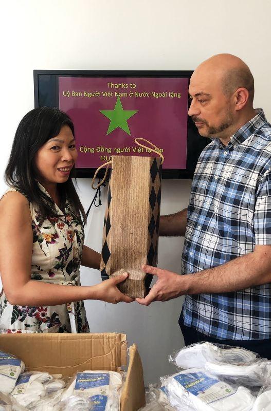 Trao tặng khẩu trang cho cộng đồng người Việt tại Cộng hòa Síp - ảnh 2
