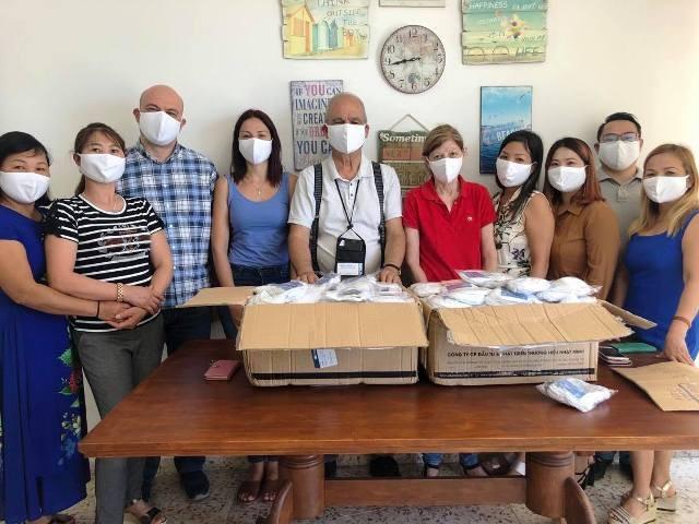 Trao tặng khẩu trang cho cộng đồng người Việt tại Cộng hòa Síp - ảnh 1