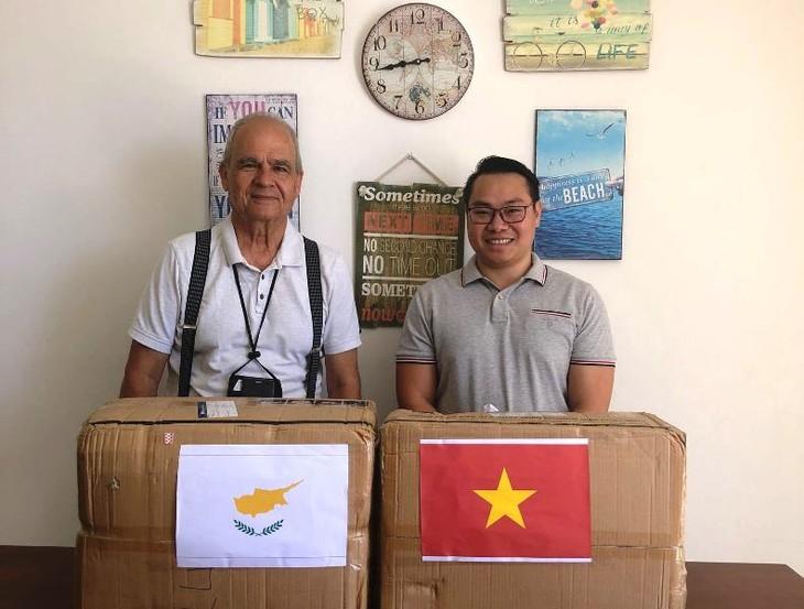 Trao tặng khẩu trang cho cộng đồng người Việt tại Cộng hòa Síp - ảnh 11