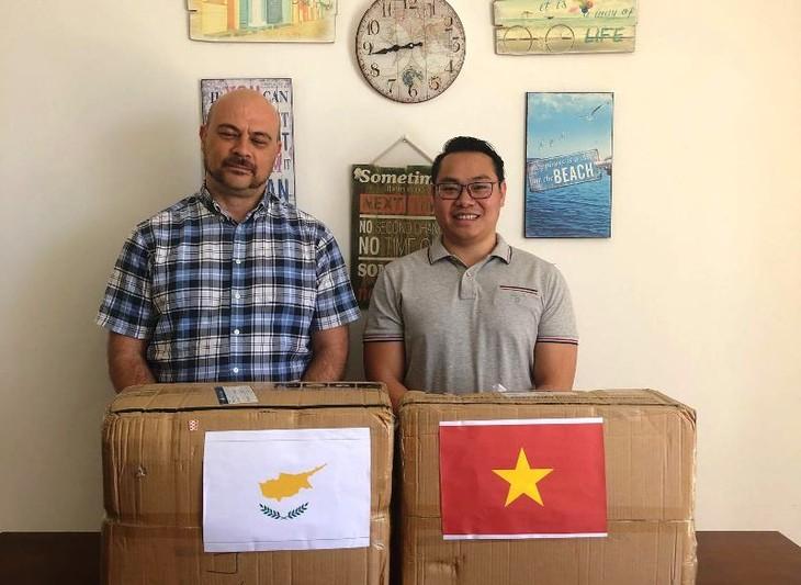 Trao tặng khẩu trang cho cộng đồng người Việt tại Cộng hòa Síp - ảnh 10
