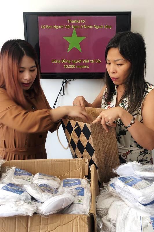 Trao tặng khẩu trang cho cộng đồng người Việt tại Cộng hòa Síp - ảnh 9
