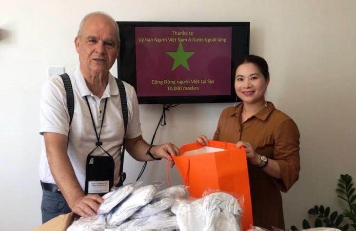 Trao tặng khẩu trang cho cộng đồng người Việt tại Cộng hòa Síp - ảnh 8