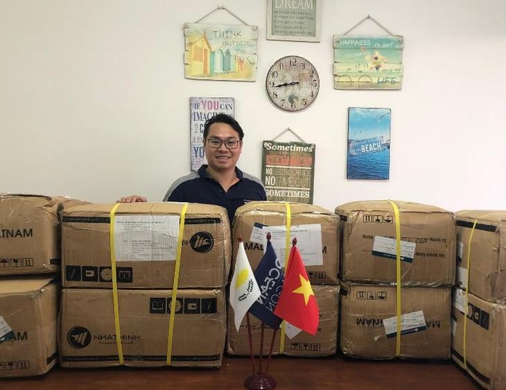 Trao tặng khẩu trang cho cộng đồng người Việt tại Cộng hòa Síp - ảnh 7